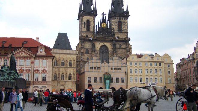 Vue sur la place de la vieille ville à Prague